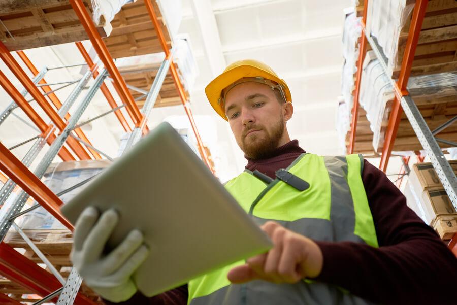 Gestão de estoque em empresas deve contar com profissionais bem preparados para realizar o inventário de estoque e usar sistema ERP