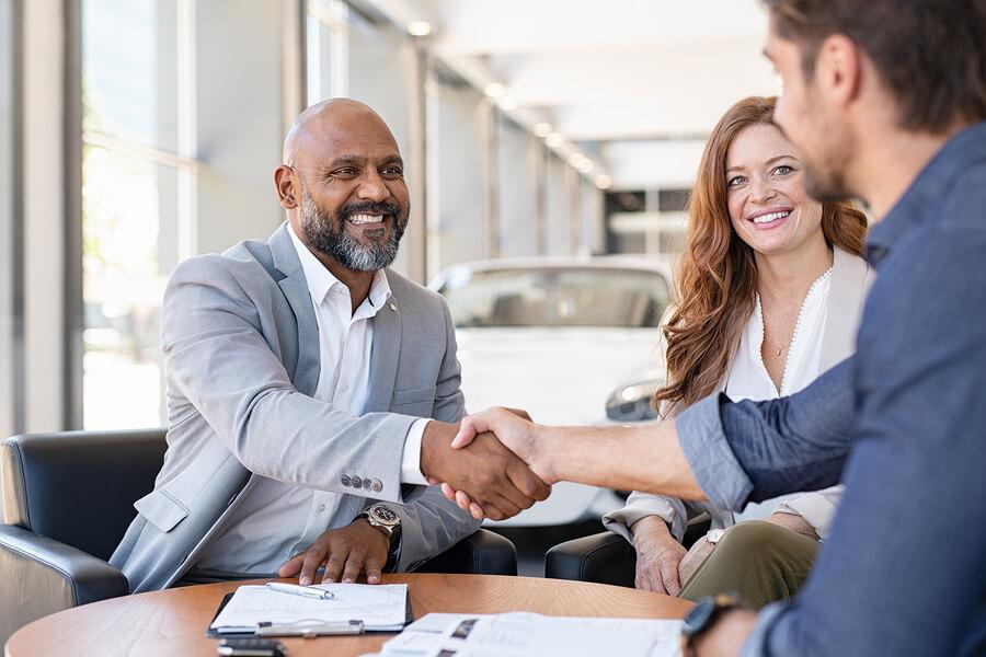 Clientes satisfeitos após receber bom atendimento. É importante fidelizar clientes para seu negócio crescer