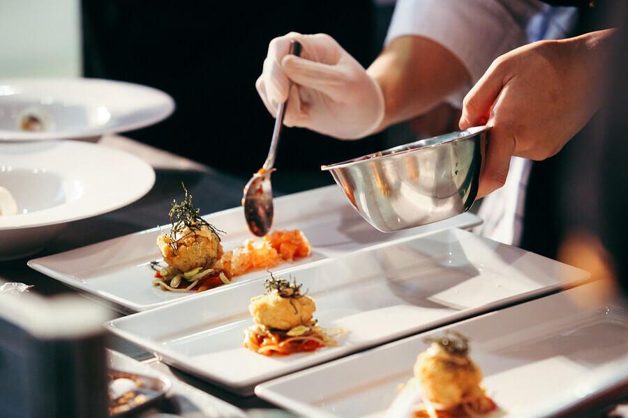 Seguir a ficha técnica de restaurante garante a execução dos pratos como eles foram idealizados