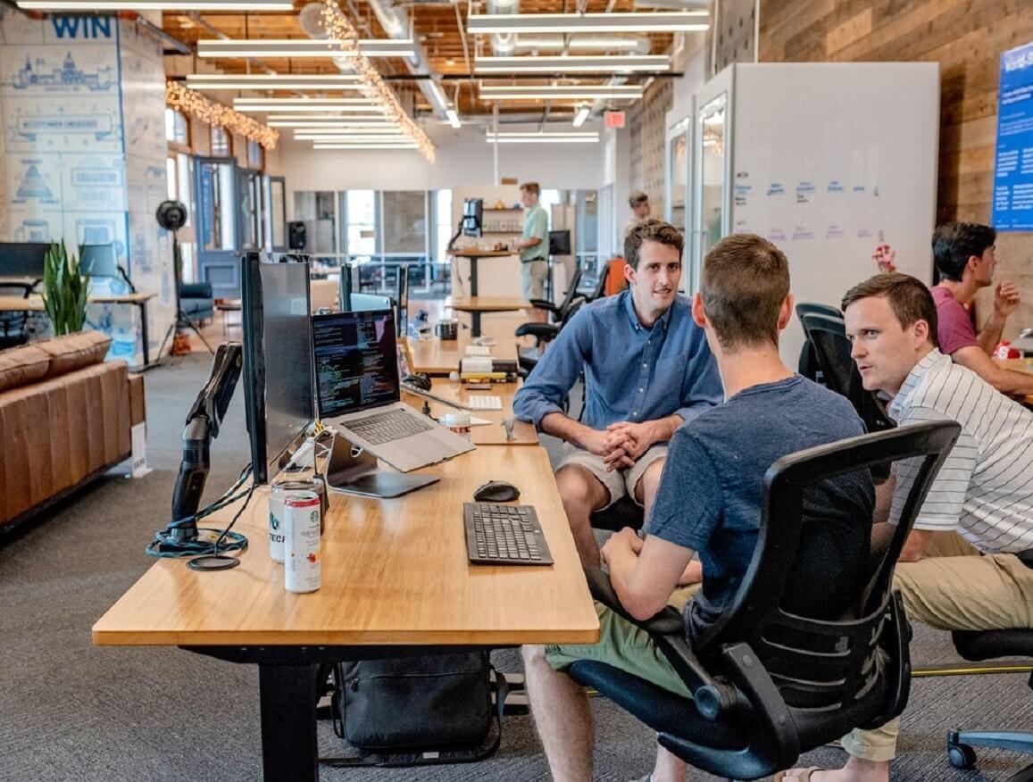 Muitos fatores variáveis pesam na vida de um funcionário: o ambiente de trabalho, a comunicação interna, participação em decisões e etc...