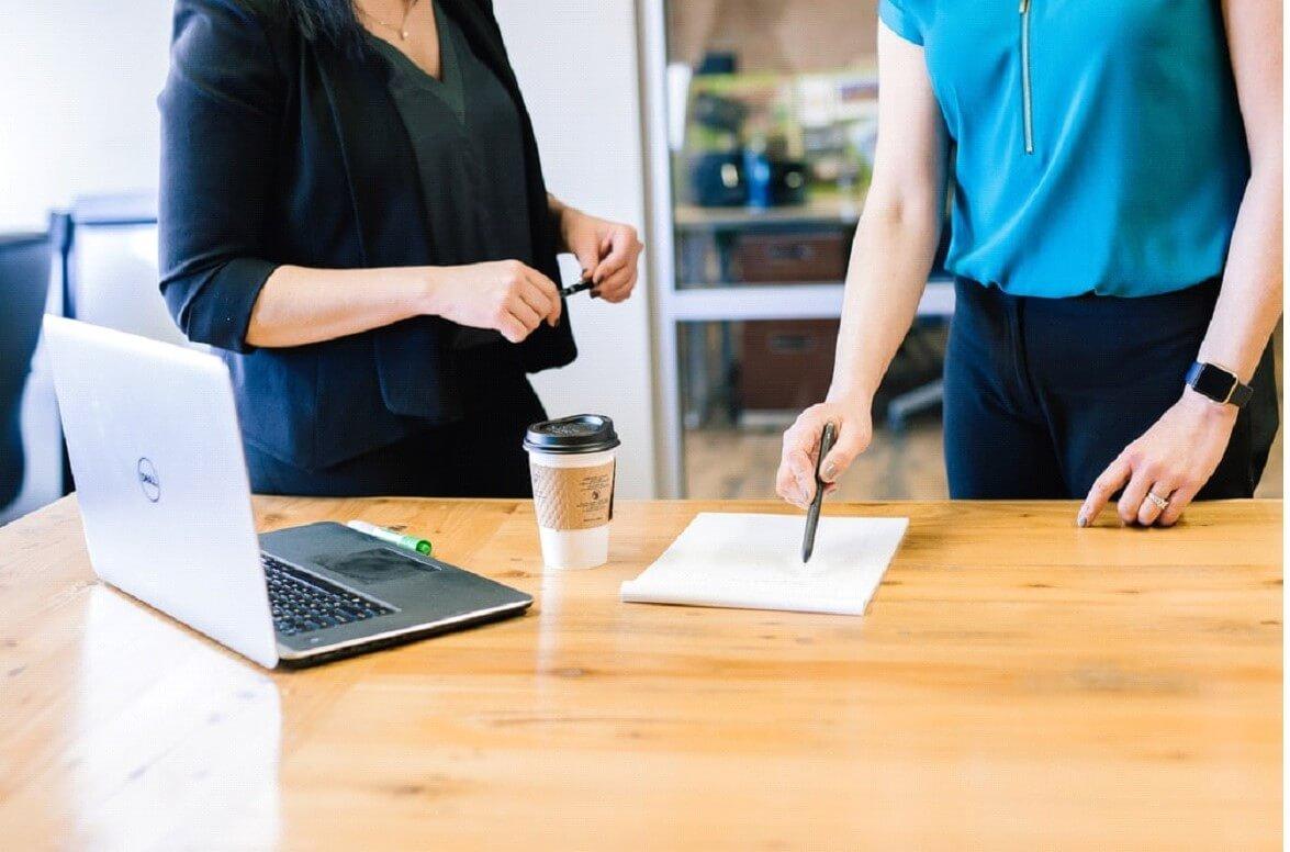 Dê feedbacks individualizados para o colaborador e entenda a melhor abordagem para que este se sinta motivado