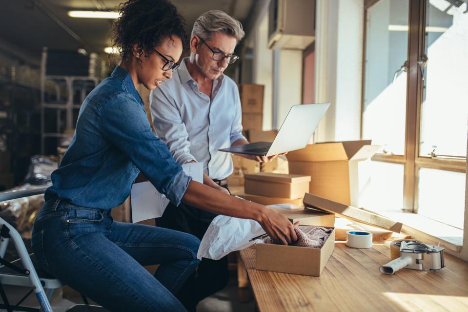 Os processos para abrir uma empresa se tornaram menos burocráticos e com cargas tributárias reduzidas através da criação do MEI e ME.
