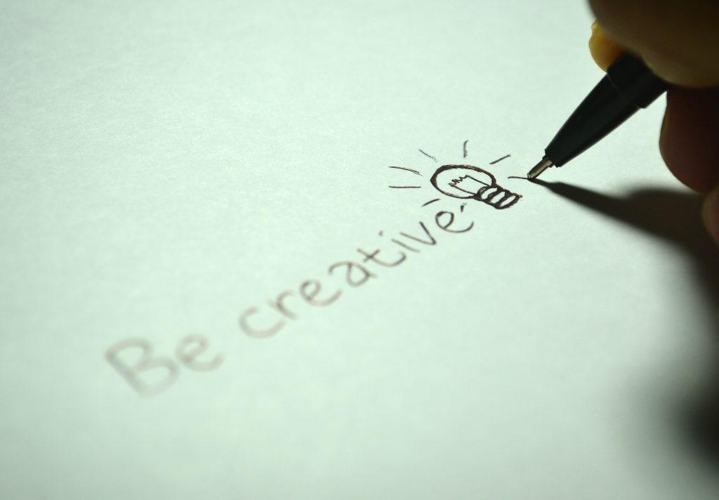 Empreendedorismo incorre em identificar e implementar ideias de sucesso.