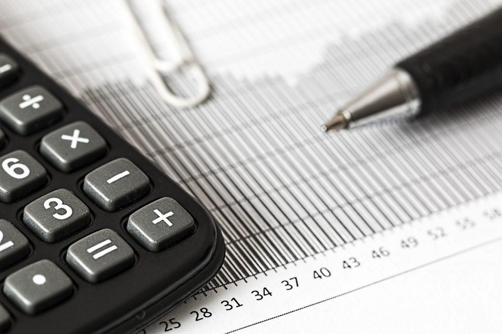 O cálculo a ser realizado para PIS e COFINS depende da receita mensal das empresas.