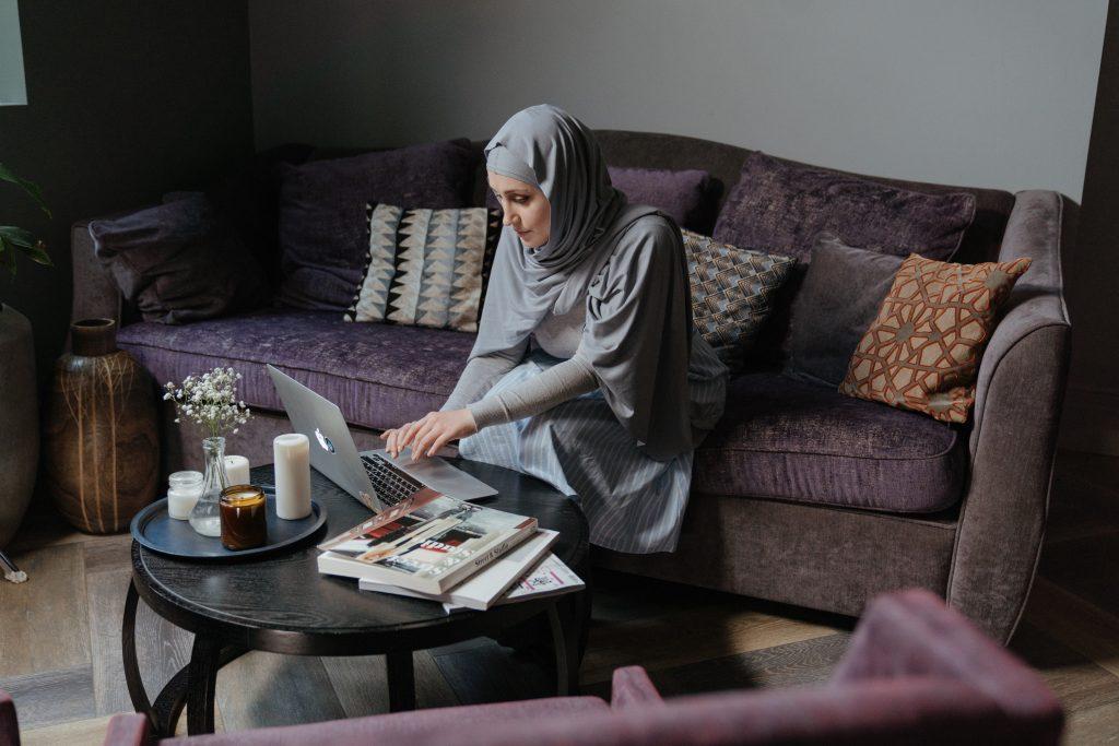 O Home Office ou, ainda, trabalho remoto é um modelo de trabalho onde o profissional executa as suas atividades de casa.