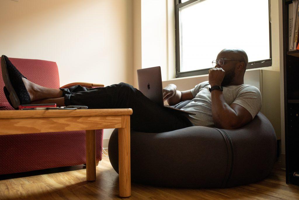 O Home Office apresenta diversas vantagens, como flexibilidade, autonomia e ainda aumento de produtividade.